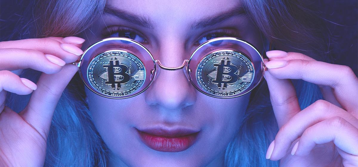 femeie-ochelari-bitcoin